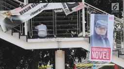 Sebuah banner bertuliskan sayembara kasus penyiraman air keras terhadap penyidik Novel Baswedan terpasang di seberang Gedung KPK, Jakarta, Senin (6/8). Sayembara yang diinisiasi wadah kepegawaian KPK itu berhadiah sepeda. (Merdeka.com/Dwi Narwoko)