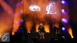 Tata cahaya yang mengiringi Lee-Chae Rin alias CL di We The Fest 2016 membuat penampilan CL semakin memesona di Parkir Timur Senayan, Jakarta, Sabtu (13/8). (Liputan6.com/Herman Zakharia)