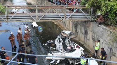 Polisi dan petugas pemadam kebakaran berada di lokasi kecelakaan