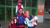 Stadion ramah anak menjadi alasan Yadi Supriadi berani membawa keluarganya untuk menonton pertandingan sepak bola Asian Games 2018. (Bola.com/Agung Prayogo)