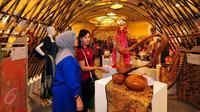 Pameran Dekranas dan Dekranasda ini merupakan rangkaian dari Hari Ulang Tahun (HUT) ke-35 Dekranas dan diikuti 116 peserta dari 33 provinsi di Tanah Air, Jakarta, Jumat (5/6/2015). (Liputan6.com/Yoppy Renato)
