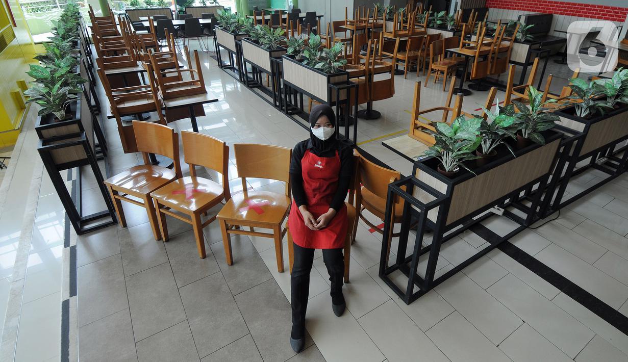 Karyawan beristirahat pada bangku pengunjung yang ditumpuk pada salah satu gerai makanan di Teras Kota Mall, BSD, Tangerang Selatan, Banten, Kamis (22/7/2021). Pemerintah Kota Tangerang Selatan menutup sementara pusat perbelanjaan/mal/pusat perdagangan. (merdeka.com/Arie Basuki)