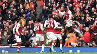 Striker Arsenal, Danny Welbeck, merayakan gol yang dicetaknya ke gawang Southampton pada laga Premier League di Stadion Emirates, London, Minggu (8/4/2018). Arsenal menang 3-2 atas Southampton. (AFP/Glyn Kirk)
