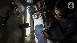 Pekerja menyelesaikan pembuatan sepatu di industri rumahan daerah Kuningan, Jakarta Selatan, Jumat (22/1/2020). Pemilik industri sepatu rumahan ini mengaku selama pandemi omzet berkurang hingga 70 persen. (Liputan6.com/Johan Tallo)