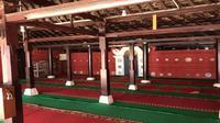 Bagian dalam Masjid Merah Panjunan yang berada di kampung Arab Panjunan Cirebon. Foto (Liputan6.com / Panji Prayitno)