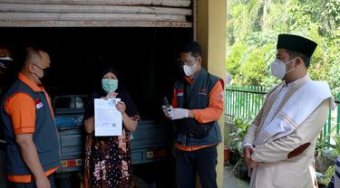 Wali Kota Tangerang Arief R Wismansyah ikut mendistribusikan Bansos Tunai.