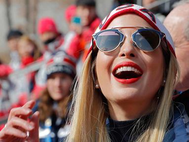 Putri Presiden AS Donald Trump, Ivanka Trump mengenakan kacamata menyaksikan pertandingan bobsleigh empat orang laki-laki selama Olimpiade Musim Dingin Pyeongchang di Olympic Sliding Center, Korea Selatan (25/2). (AFP Photo/Pool/Eric Gaillard)