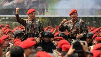 KSAD Jenderal TNI Mulyono (kiri) bersama Danjen Kopassus Mayjen TNI M Herindra dibopong pasukan baret merah usai upacara Penyematan Brevet Komando di Makopassus, Cijantung, Jakarta, Jumat (25/9/2015). (Liputan6.com/Helmi Fithriansyah)