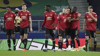 Para pemain Manchester United merayakan gol yang dibuat striker Edinson Cavani ke gawang Everton dalam laga perempatfinal Piala Liga Inggris Carabao Cup di Goodison park, Rabu (23/12/2020). Manchester United menang 2-0 atas Everton. (AP/Nick Potts/Pool)