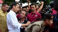 Jokowi kala memberikan tanda tangannya di Bali (Sumber: Instagram/jokowi)
