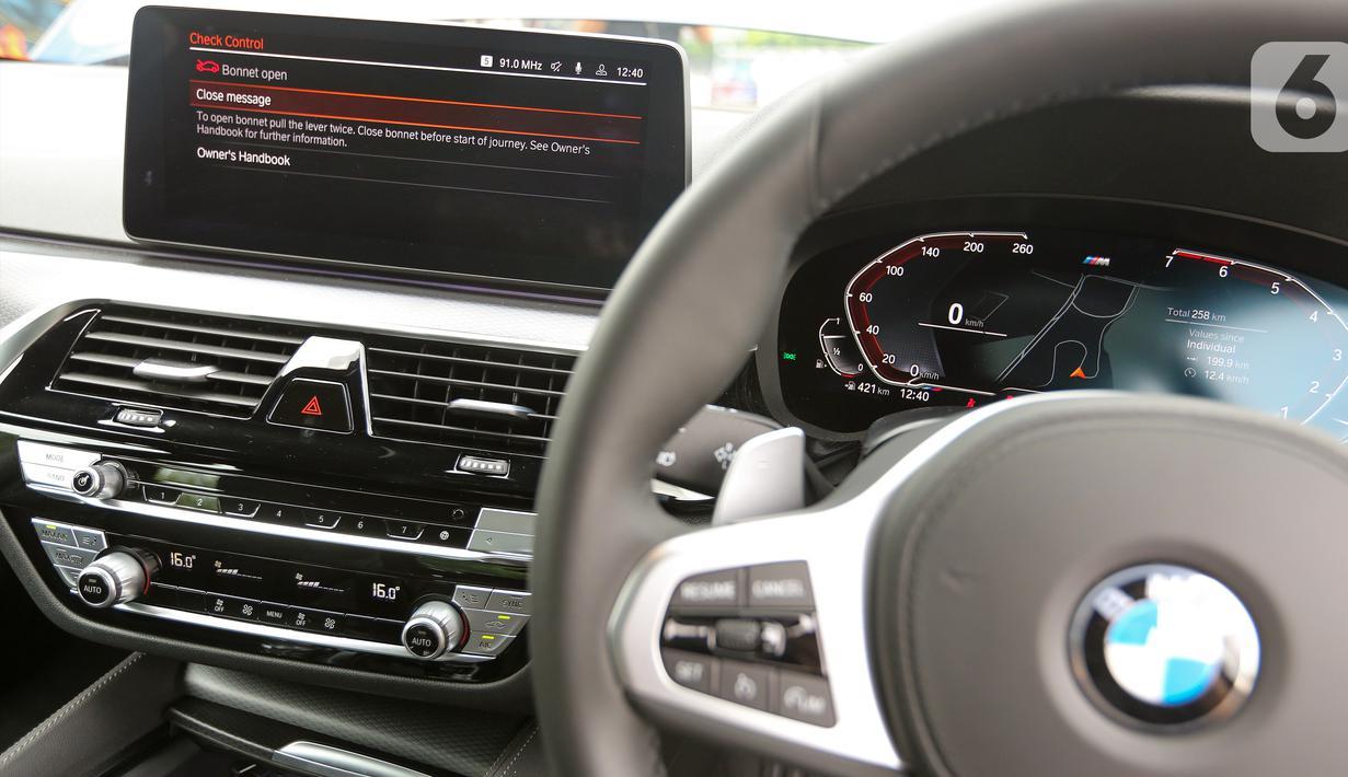 Desain interior New BMW 520i M Sport pada acara BMW Test Day di Karawaci, Tangerang, Sabtu (10/04/2021). BMW Indonesia meluncurkan BMW Seri 5 terbaru rakitan lokal dengan nilai sporty, efisien, dan progresif untuk kelas eksekutif sedan premium. (Liputan6.com/Fery Pradolo)
