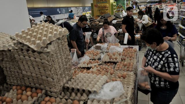 Warga Borong Sembako di Supermarket