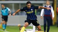 Striker Inter Milan, Eder (atas) berusaha melepaskan diri dari adangan pemain Torino, Iago Falque, pada laga lanjutan Serie A 2016-2017, di Stadion Giuseppe Meazza, Milan, Kamis (27/10/2016) dini hari WIB. Inter Milan menang 2-1.  (Reuters/Alessandro Garo