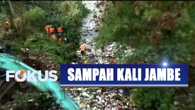 Petugas gabungan bersihkan tumpukan sampah sepajang 500 meter di Kali Jambe, Tambun Selatan, Bekasi.
