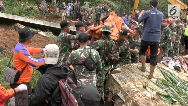 Curah hujan tinggi membeuat terjadinya longsor di Cijeruk, Bogor. Tim SAR Gabungan mengevakuasi 3 korban longsor dari wilayah ini