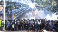 Sejumlah kepolisian berlindung saat bentrok dengan massa aksi 22 Mei sebelum terjadi pembakaran bis milik Brimob di kawasan Tanah Abang,  Jakarta, Rabu (22/5/2019). (merdeka.com/Arie Basuki)