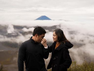 Diketahui, Gritte Agatha dan kekasih telah berpacaran selama 9 tahun. Keduanya pun merayakan hari jadi tersebut dengan liburan Bromo, Jawa Timur. Keduanya tampak mesra di berbagai kesempatan. (Liputan6.com/IG/@gritteagathaa)