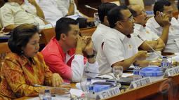 Suasana pertemuan antara KOI, KONI dan Komisi X, Jakarta, Senin (25/5/2015). Taufik Hidayat (tengah) meminta kepada DPR untuk tidak menuntut prestasi tinggi sedangkan fasilitas untuk para atlet tidak diberikan dengan baik. (Liputan6.com/Andrian M Tunay)