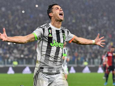 Penyerang Juventus, Cristiano Ronaldo berselebrasi usai mencetak gol ke gawang Genoa lewat titik penalti pada pertandingan lanjutan Liga Serie A Italia di stadion Allianz, Turin (30/10/2019). Juventus menang tipis 2-1 atas Genoa. (Alessandro Di Marco / ANSA via AP)