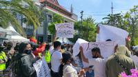 Ratusan pekerja seni dan pekerja hiburan malam menggelar aksi di Jalan Sedap malam Surabaya, Senin (3/8/2020). (Foto: Liputan6.com/Dian Kurniawan)