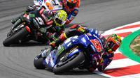 Maverick Vinales bersaing ketat dengan Johann Zarco pada MotoGP Catalunya, akhir pekan lalu. (MotoGP)