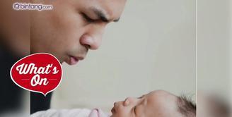 Baru satu bulan lebih menjadi Ayah, Glenn Alinskie sering memposting foto kebersamaan dengan putrinya, Nastusha Olivia Alinskie.
