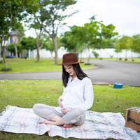 Ririn Dwi Ariyanti kini tengah menunggu waktu melahirkan anak ketiganya. Di kehamilannya kali ini, aura kecantikan Ririn semakin terpancar. Terlebih dengan gaya busananya yang modis dan menginspirasi bumil lainnya. (Instagram/ririndwiariyanti)