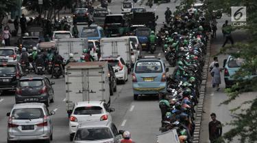 Puluhan sepeda motor milik pengendara ojek online saat parkir di badan jalan kawasan Mangga Dua, Jakarta, Selasa (23/4). Kurangnya pengawasan petugas dan tidak disiplinnya pengendara ojek online menyebabkan kemacetan kendaraan yang melintas di kawasan tersebut. (merdeka.com/Iqbal S. Nugroho)