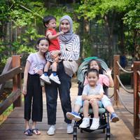 Zaskia Adya Mecca bersama anak-anaknya. (Foto: Dok. Instagram @zaskiadyamecca)
