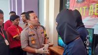 Polisi menangkap 2 pengemudi ojek online yang merampok minimarket di Tangerang. (Liputan6.com/ Pramita Tristiawati)