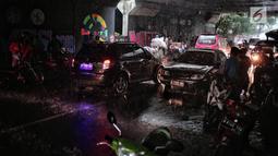 Kondisi lalu lintas kolong Flyover Tol Jagorawi saat hujan di kawasan Ciracas, Jakarta (13/1). Pengendara sepeda motor yang berteduh di kolong flyover menimbulkan ketidaknyamanan pengguna jalan lain dan memicu kemacetan. (Liputan6.com/Faizal Fanani)