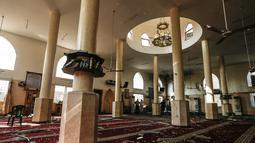 Kondisi interior masjid usai terkena serangan udara Israel di Kota Gaza, Palestina (15/7). Selain masjid, sejumlah bangunan di sekitarnya rusak usai terkena serangan udara tersebut. (AFP  Photo/Mahmud Hams)