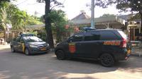 Polisi periksa rekaman CCTV sekitar lokasi penyerangan 2 Brimob, Sabtu (1/7/2017). (Liputan6.com/Nafiysul Qodar)