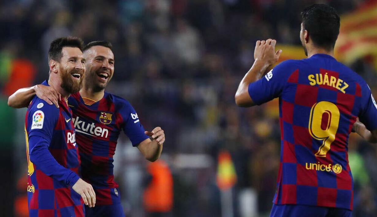 Para pemain Barcelona merayakan gol yang dicetak oleh Lionel Messi ke gawang Real Valladolid pada laga La Liga 2019 di Stadion Camp Nou, Selasa (29/10). Barcelona menang 5-1 atas Real Valladolid. (AP/Joan Monfort)