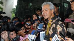 Gubernur Jawa Tengah Ganjar Pranowo memberikan keterangan di Gedung KPK, Jakarta, Rabu (7/12). Ganjar dimintai kesaksian sesuai kapasitasnya sebagai mantan anggota Komisi II DPR ketika proyek e-KTP dilaksanakan. (Liputan6.com/Helmi Afandi)