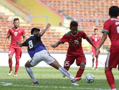 Pemain Timnas Indonesia, Osvaldo Haay, menerima kartu kuning pertama untuk Timnas U-22 Indonesia pada menit ke-16 saat melawan Kamboja di Stadion Shah Alam, Selangor, Kamis, (24/8/2017). Indonesia menang 2-0. (Bola.com/Vitalis Yogi Trisna)