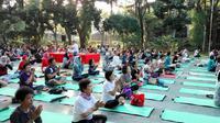 Acara yoga bersama di Taman Menteng, Jakarta pada Sabtu, 17 Juni 2017 dalam rangka Hari Internasional Yoga. (Foto: Liputan6.com/Fitri Haryanti Harsono)