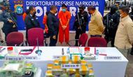 Kepala Polda Riau Irjen Agung Setya Imam Effendi berbincang dengan kurir sabu yang melibatkan perwira. (Liputan6.com/M Syukur)