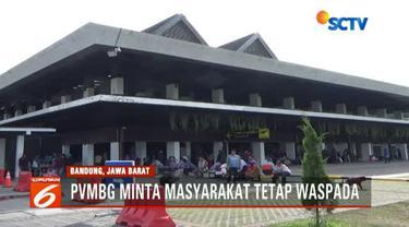 Ratusan penumpang yang akan melakukan perjalanan dengan tujuan Surabaya dan Jakarta memenuhi ruang tunggu bandara.