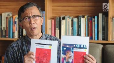 Fotografer Aryono Hudobo Djati menunjukkan karya fotonya yang dimuat media online tanpa seizinnya  saat konpers di Reading Room, Kemang, Jakarta, Kamis (9/8). Aryono dikenal juga sebagai pencipta lagu Burung Camar. (Merdeka.com/Arie Basuki)