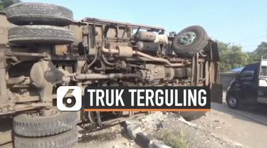 Sebuah truk pengangkut batubara terguling di jalan Pantura hari Jumat (28/5). Truk melintang dan menyebabkan macet panjang.