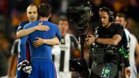 Gelandang Barcelona Andres Iniesta memeluk Lionel Messi usai ditahan imbang oleh Juventus pada leg kedua perempat final Liga Champions di stadion Camp Nou, Barcelona (19/4). (AFP Photo/Lluis Gene)