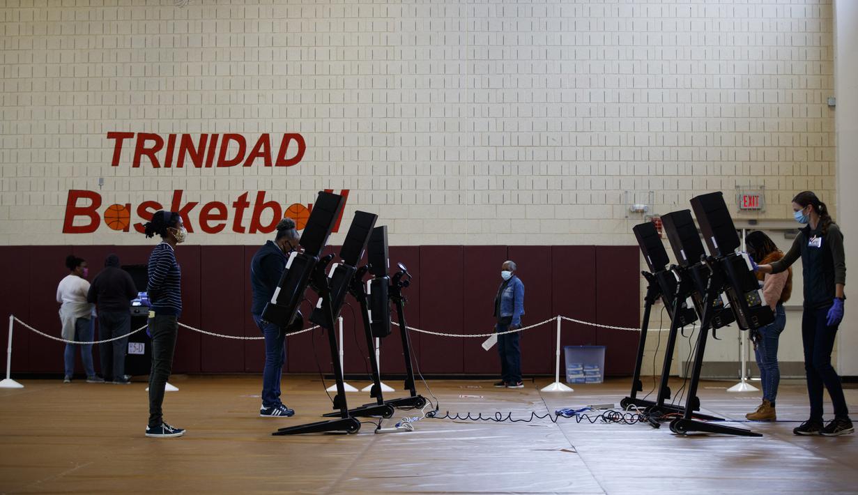 Warga memberikan suara mereka di tempat pemungutan suara di Washington DC, Amerika Serikat (AS), pada 27 Oktober 2020. Pemungutan suara awal (early voting) secara langsung dimulai di Washington DC pada Selasa (27/10) di 32 tempat pemungutan suara. (Xinhua/Ting Shen)