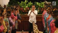 Presiden Joko Widodo atau Jokowi menyapa para tokoh Papua saat mengadakan pertemuan di Istana Negara, Jakarta, Selasa (10/9/2019). Jokowi mengundang 61 tokoh asal Papua dan Papua Barat untuk membicarakan masalah percepatan kesejahteraan di Tanah Papua. (Liputan6.com/Angga Yuniar)