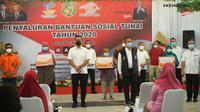 Mensos Juliari P Batubara bersama Direktur Utama Pos Indonesia, Faizal R. Djoemadi menghadiri penyaluran BST Tahap 8 di Kantor Pos Medan di Jalan Pos, Kota Medan, Sumatera Utara.