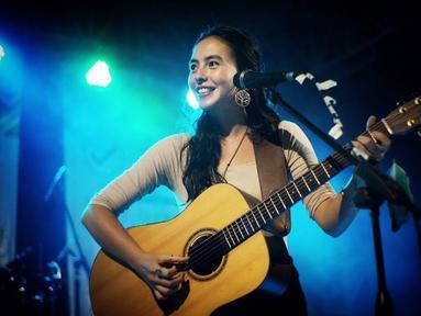 Sandrayati Fay, sosok penyanyi indie yang sudah tak asing di telinga pecint musik Tanah AIr. Ia merupakan wanita berdarah Filipina-Amerika namun lahir serta besar di Jawa dan Bali. (Liputan6.com/IG/@sandrayatifay)