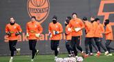 Para pemain Shakhtar Donetsk melakukan pemanasan saat latihan jelang laga Liga Champions di Kiev, Senin (30/11/2020). Shakhtar Donetsk akan berhadapan dengan raksasa Spanyol, Real Madrid. (AFP/Sergei Supinsky)