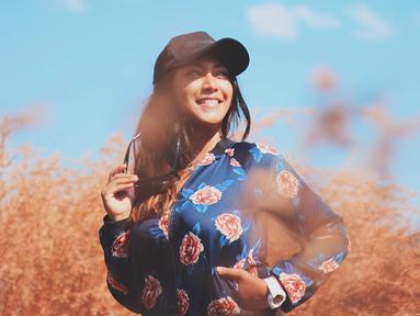 Ayu Anjani, sosok selebriti yang parasnya tak akan pernah dilupakan saat bermain sinetron kolosan Lasmini Kembang Gunung Lawu. Karena penampilannya begitu ikonik dan sangat piawai dalam berakting silat. (Liputan6.com/IG/@real.ayuanjani)