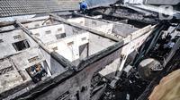 Kondisi rumah kontrakan pasca dilalap si jago merah di Jalan Pisangan Baru III, RT 006/010, Matraman, Jakarta, Kamis (25/3/2021). Kebakaran yang diduga terjadi karena korsleting listrik tersebut menghanguskan 5 rumah kontrakan. (merdeka.com/Iqbal S. Nugroho)
