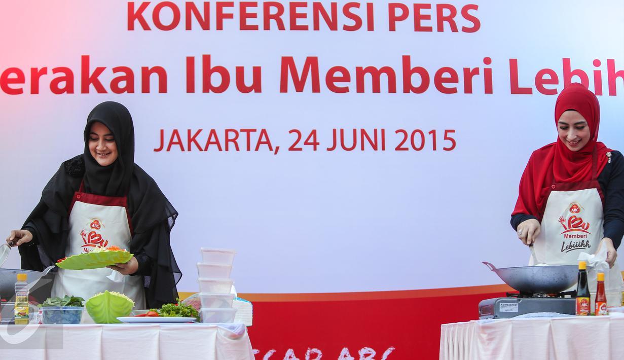 Umi Pipik (kiri) dan Annisa Trihapsari saat di acara 'Gerakan Ibu Memberi Lebih', Jakarta, Rabu (24/6/2015). Rencananya kegiatan ini akan digelar secara serentak di 30 kota di Pulau Jawa pada 5 Juli mendatang (Liputan6.com/Faizal Fanani)